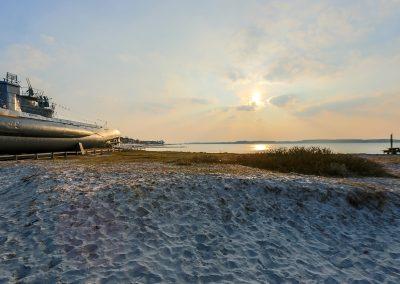 U-Boot Denkmal am Strand von Laboe im Sonnenuntergang